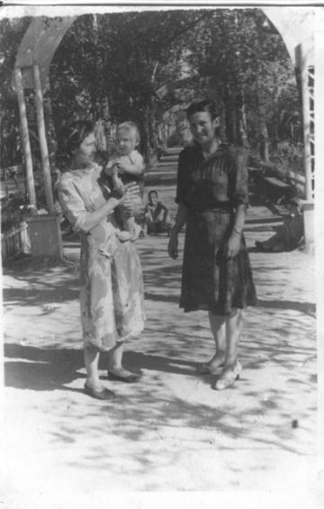 Мама, бабушка и внук в горсаду